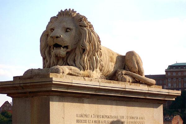 лев цепного моста в Будапеште