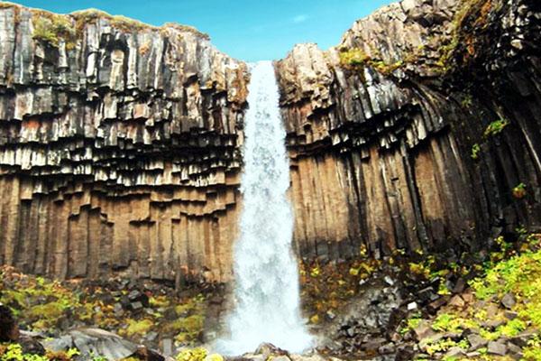 водопад в базальтовых столбах