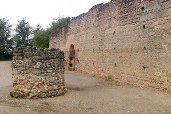 руины замка Дуэ-ла-Фонтен
