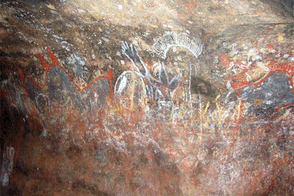 наскальная живопись в пещере горы Улуру